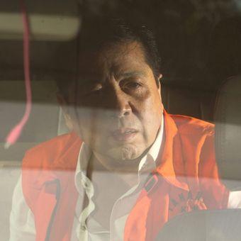 Tersangka kasus korupsi KTP Elektronik Setya Novanto (tengah) meninggalkan gedung KPK, usai diperiksa penyidik Komisi Pemberantasan Korupsi (KPK), Jakarta, Jumat (24/11/2017). Setya Novanto diperiksa sebagai saksi untuk tersangka Anang Sugiana.  Kompas/Alif Ichwan (AIC) 24-11-2017