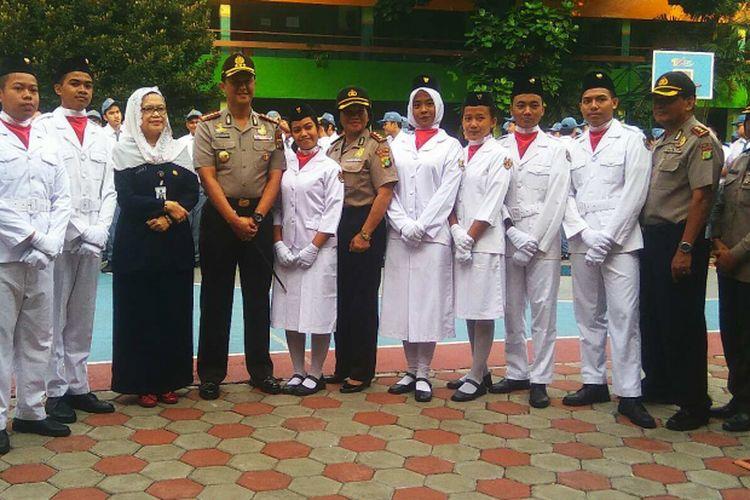 Kapolres Metro Jakarta Selatan Kombes Iwan Kurniawan dan pelajar SMAN 6 Jakarta, Senin (17/7/2017).