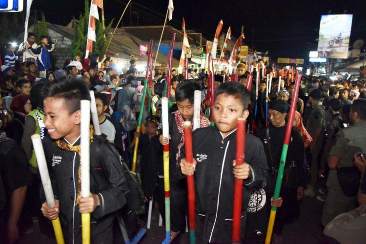 Ribuan pelajar menjadi peserta pawai egrang dalam merayakan hari jadi Kabupaten Purwakarta, Jumat (19/8/2017) malam