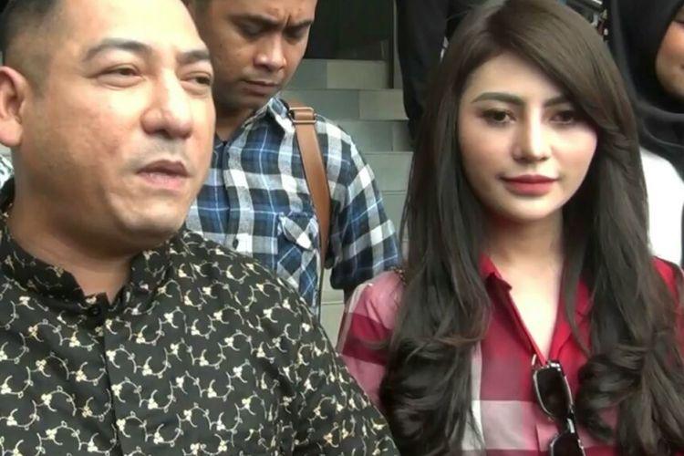 Model Widuri Agnesty dan kuasa hukumnya Krisna Murti di Mapolda Metro Jaya, Selasa (7/11/2017).