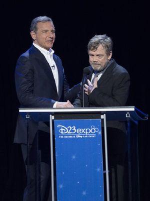 CEO The Walt Disney Company Bob Iger (kiri) dan aktor Mark Hamill dalam acara Disney Legends Awards, yang merupakan bagian dari pergelaran D23 Expo 2017 di Anaheim, California, Jumat (13/7/2017).