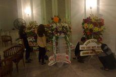 Karangan Bunga untuk Ahok-Djarot Terus Diantar ke Balai Kota hingga Malam Hari