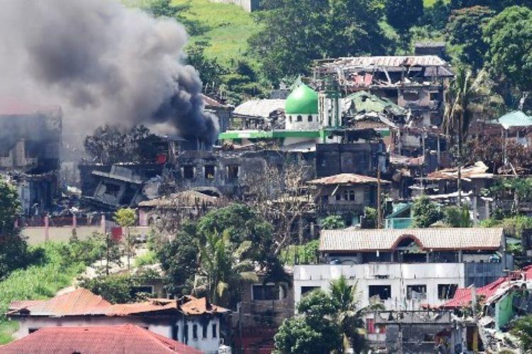 Asap mengepul dari salah satu sudut kota Marawi yang digempur pasukan Filipina.