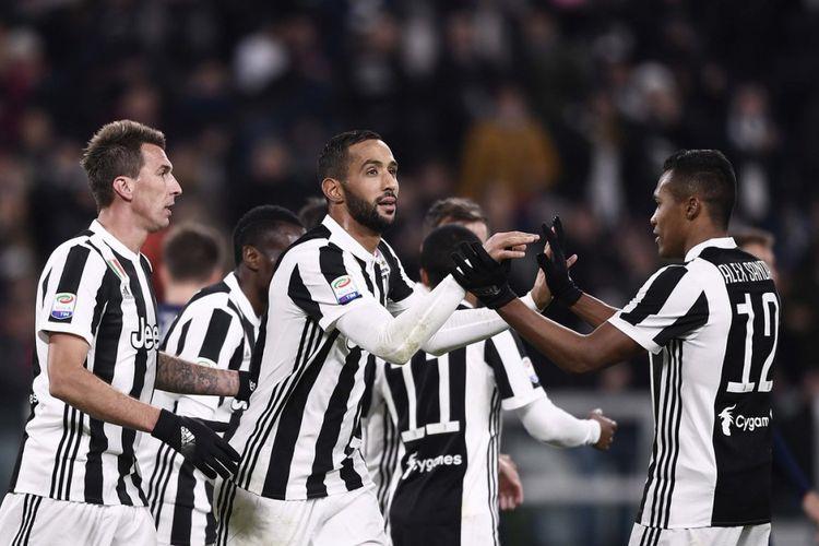 Mario Mandzukic dan Medhi Benatia merayakan gol Juventus ke gawang Crotone pada pertandingan Serie A di Stadion Allianz, Minggu (26/11/2017).