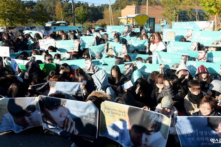 Para penggemar menanti Lee Seung Gi keluar dari tempatnya menjalani wajib militer.