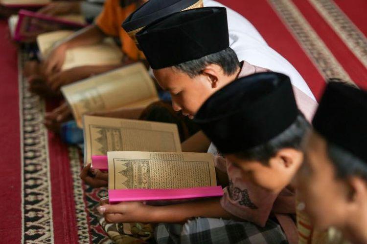 Peserta didik madrasah tengah belajar kitab kuning