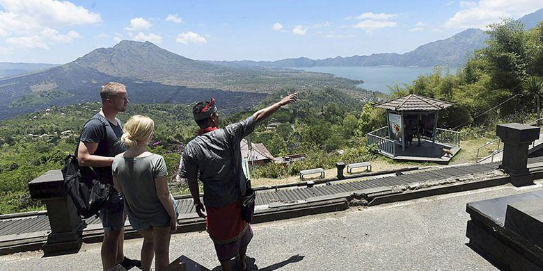 Wisatawan asing menikmati keindahan kawasan wisata geopark Gunung Batur di Kecamatan Kintamani, Kabupaten Bangli, Bali, Rabu (4/10/2017). Banyak wisatawan yang mengurungkan niat berkunjung ke Gunung Agung dan mengalihkan tujuan wisata ke kawasan Gunung Batur.