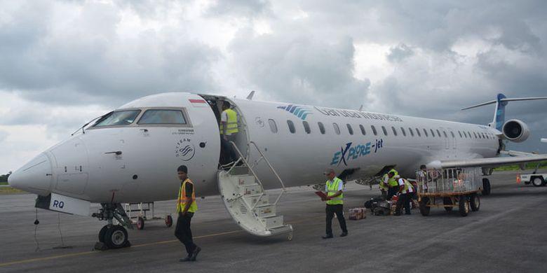 Pesawat Garuda Indonesia dari Bali mendarat di Bandara Udara Tambolaka, Kabupaten Sumba Barat Daya, Nusa Tenggara Timur, Kamis (24/3/2017). Bandara Tambolaka sebagai pintu masuk ke Pulau Sumba dari arah Barat.