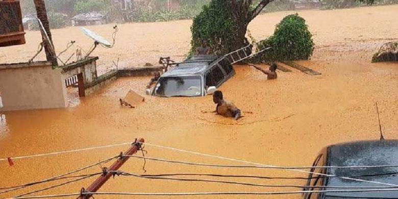 Banjir lumpur terjadi setelah hujan lebat yang membuat sisi gunung di pinggiran kota Freetown, Sierra Leone, longsor. Material berupa tanah dan batu-batuan luruh dan hanyut menjadi banjir lumpur.
