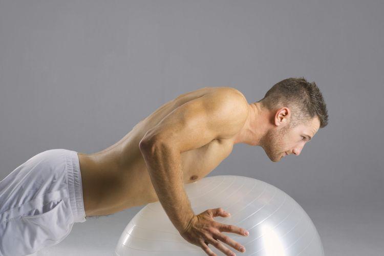Berlatih dengan fitness ball