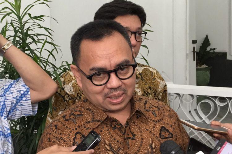 Ketua Tim Sinkronisasi untuk Anies Baswedan dan Sandiaga Uno, Sudirman Said (kanan), memberi keterangan pers usai menemui Kepala Bappenas Bambang Brodjonegoro, Selasa (1/8/2017) siang. Sudirman ditemani anggota Tim Sinkronisasi, Marco Kusumawijaya, berbicara mengenai kebijakan pembangunan di Jakarta, salah satunya reklamasi.