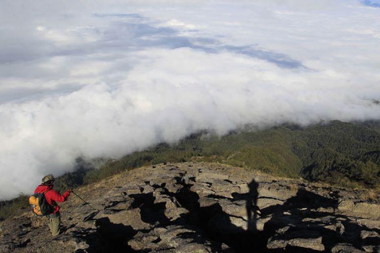 Tim Ekspedisi Cincin Api Kompas menuruni puncak Gunung Agung (3.142 mdpl), Bali, Kamis (6/10/2011). Gunung stratovolcano ini terakhir meletus dahsyat 1963 menelan korban jiwa 1.148 orang.