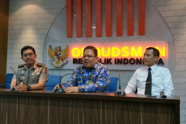 Komisioner Ombudsman Adrianus Meliala (Tengah) bersama Irwasum Polri Komjen Putut Eko Bayuseno (kiri) di Kantor Ombudsman, Jakarta, Senin (27/11/2017)
