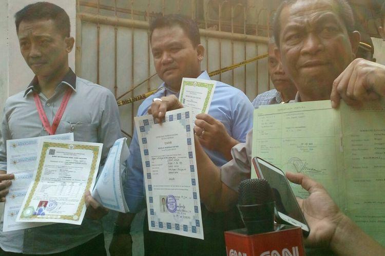 Sejumlah petugas dari Polda Jabar menunjukkan sjumlah surat-surat palsu yang diproduksi di sebuah rumah di   gang Siaga 1, jalan Tubagus Angke, Tambora, Jakarta Barat, Selasa (8/8/2017).