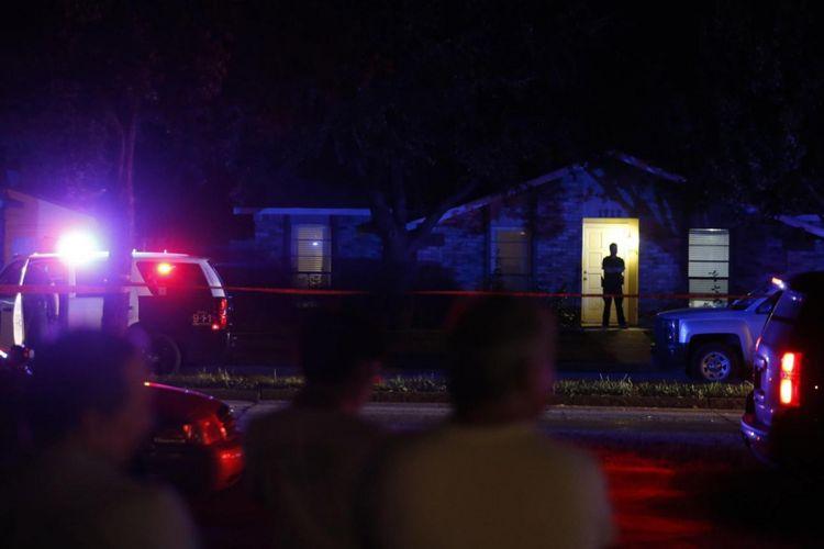 Warga menyaksikan pemeriksaan polisi di lokasi penembakan di sebuah rumah di Plano, utara Dallas, AS.