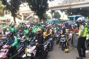 Merasa Dijebak Polisi di JLNT, Ojek Online Blokade Jalan Casablanca