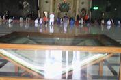 Al Quran Raksasa Jadi Tontonan Jemaah di Masjid Raya Makassar