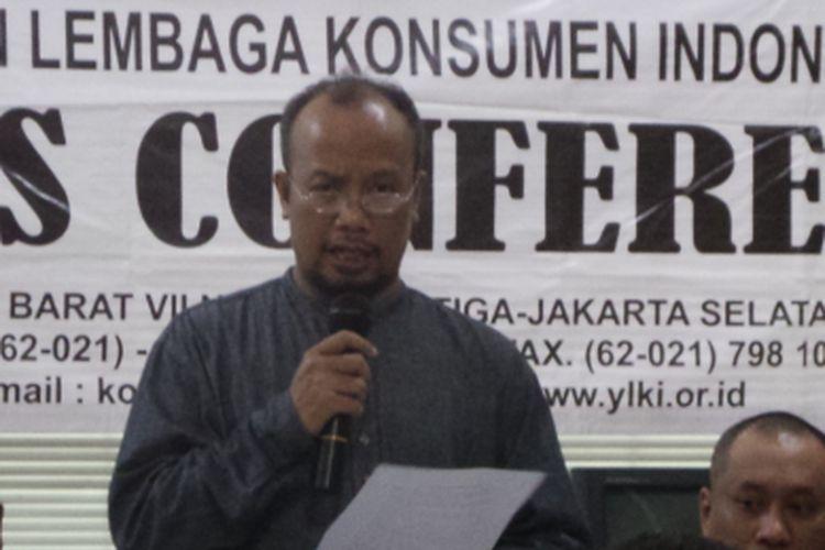 Ketua Pengurus Harian YLKI Tulus Abadi (berdiri) dalam konferensi pers Yayasan Lembaga Konsumen Indonesia (YLKI) mengenai biro umrah bandel, di Kantor YLKI, Pancoran Barat, Jakarta Selatan, Jumat (28/7/2017).
