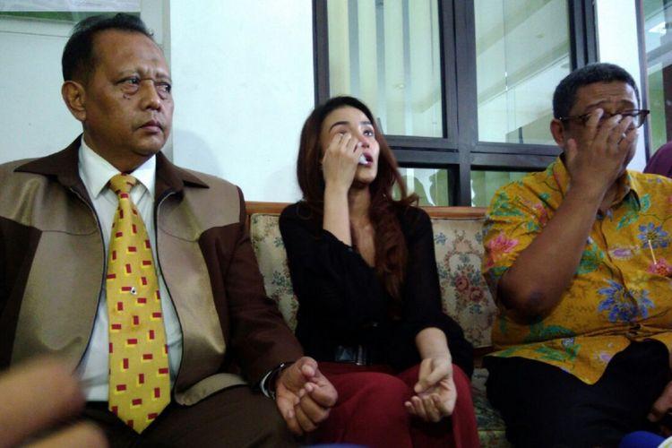 Tsania Marwa menangis saat diwawancarai usai sidang perceraiannya dengan Atalarik Syah, di Pengadilan Agama Cibinong, Bogor, Jawa Barat, Selasa (11/7/2017).