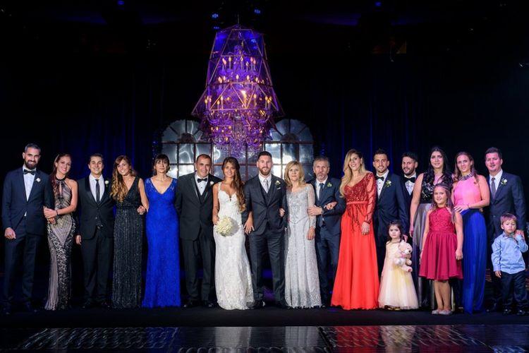 Lionel Messi berfoto dengan para tamu undangan dalam pesta pernikahannya dengan Antonella Roccuzzo di Rosario, Argentina, 30 Juni 2017.