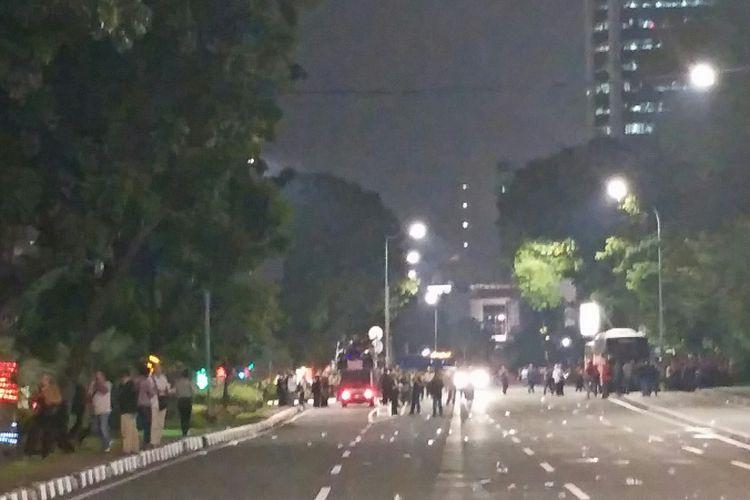 Massa buruh yang berdemo di Jalan Medan Merdeka Selatan membubarkan diri, Jumat (10/11/2017), pukul 19.50 WIB.