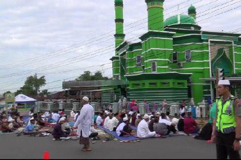 Masjid Dua Lantai Tak Muat, Jemaah Shalat Id Meluber hingga Jalan Raya
