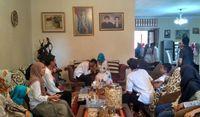 Warga Berdatangan untuk Sungkem ke Ibunda Jokowi