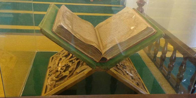 Al Quran Tulis Tangan dipajang di Masjid Sultan Riau di Pulau Penyengat, Tanjungpinang. (KOMPAS.COM/AMBAR NADIA)