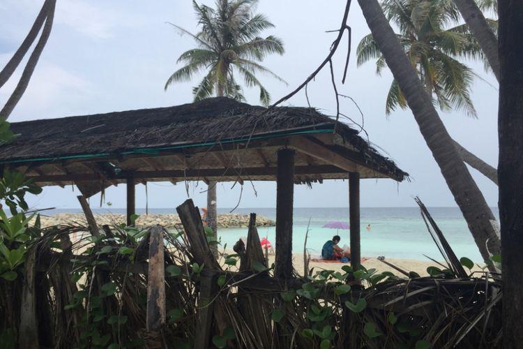 Bikini Beach di Pulau Maafushi, Maldives, bisa diintip dari pinggir jalan. Pantai khusus ini dipagari dengan pelepah pohon kelapa yang disusun rapat, setinggi sekitar 1,5 meter.