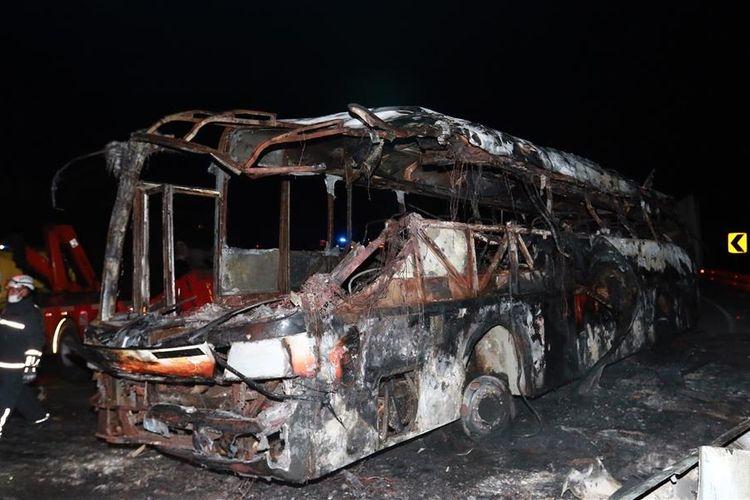 Foto diambil pada 15 Juli 2017 ini menunjukkan sebuah bus yang terbakar setelah terbalik di ruas jalan yang menghubungkan Quito dan La Mana di Santo Domingo, Ecuador.