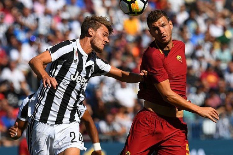 Daniele Rugani dan Edin Dzeko berduel memperebutkan bola saat Juventus dan AS Roma bertading dalam ICC 2017 di Massachusets, Minggu (30/7/2017).
