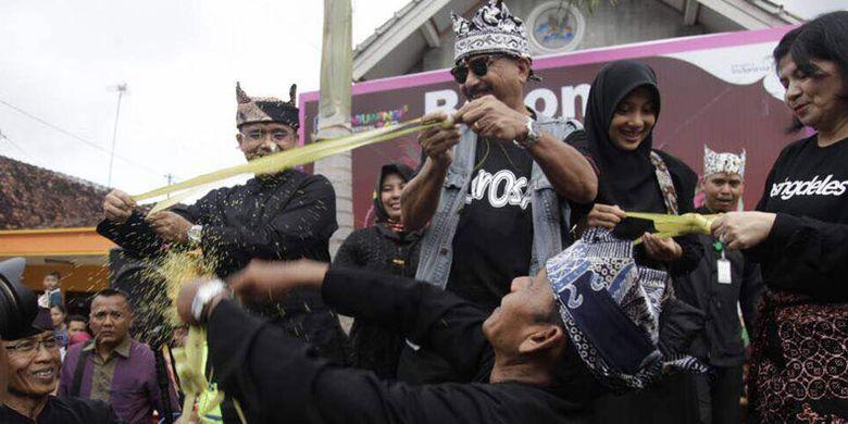 Menteri Pariwisata Arief Yahya bersama istri dan didampingi Bupati Banyuwangi Azwar Anas dalam parade Barong Ider Bumi di desa wisata Kemiren, Kabupaten Banyuwangi, Jawa Timur, Senin (26/6/2017).