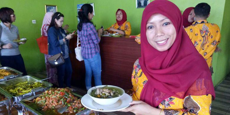 Yulianti atau kerap disapa Mpok Yuli merupakan generasi kedua dari keluarga H Masa. Anak bungsu dari empat bersaudara ini turut ambil bagian dalam pengelolaan Rumah Makan Sayur Asem Betawi H Masa di Tangerang Selatan, Banten, Selasa (22/8/2017).