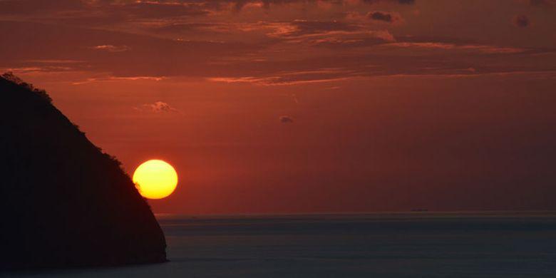 Matahari terbenam di Labuan Bajo dilihat dari Restoran Paradise, Kelurahan Labuan Bajo, Kecamatan komodo, Manggarai Barat, Flores, Nusa Tenggara Timur, Minggu (27/8/2018). Matahari terbenam menjadi salah satu ikon pariwisata di Manggarai Barat.