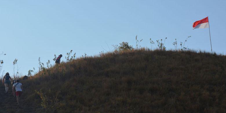 Turis asing mendaki bukit Silvia di Labuan Bajo untuk menikmati senja di ujung barat Pulau Flores, Nusa Tenggara Timur, Senin (28/8/2017). Di bukit itu berkibar bendera Merah Putih. Bukit Silvia merupakan salah satu bukit di pesisir Labuan Bajo untuk menikmati matahari terbenam.