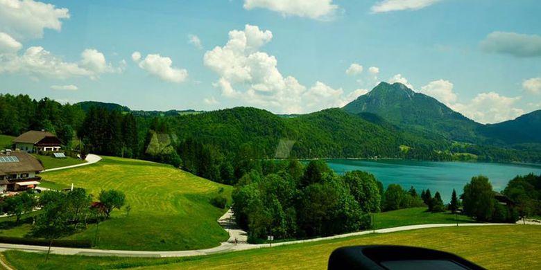 Pemandangan alam Salzburg dari bus. Salzburg memang terkenal sebagai salah satu tujuan wisata populer di Austria.