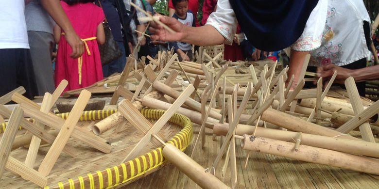Pasar Papringan terletak di Desa Ngadiprono, Kecamatan Kedu, Kabupaten Temanggung, Jawa Tengah. Meski di tengah pelosok desa, pasar itu tetap d   iburu wisatawan.