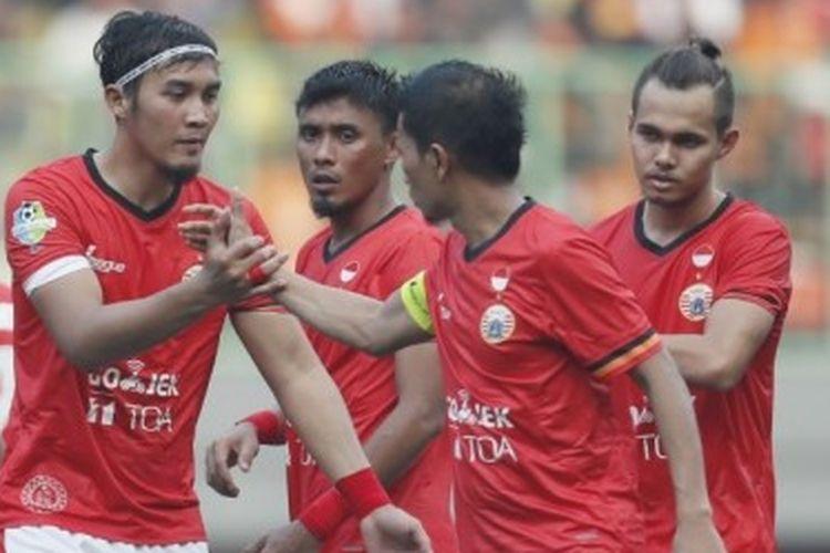 Fullback Persija Jakarta, Rezaldi Hehanusa (kanan), bersama rekan setimnya bersiap untuk memulai babak kedua kontra Mitra Kukar pada pekan keenam Liga 1 musim 2017 di Stadion Patriot Candrabhaga, Bekasi, Jawa Barat, Minggu (14/5/2017). Laga berakhir imbang 1-1.