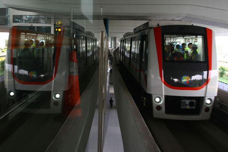 Sebuah skytrain yang mengangkut penumpang saat uji coba di Terminal 3 Bandara Soekarno Hatta, Tangerang, Banten, Jumat (15/9/2017). Kereta layang tanpa awak ini akan resmi beroperasi pada Minggu (17/9/2017), dan untuk sementara akan melayani penumpang dari Terminal 2 menuju Terminal 3 dan sebaliknya.