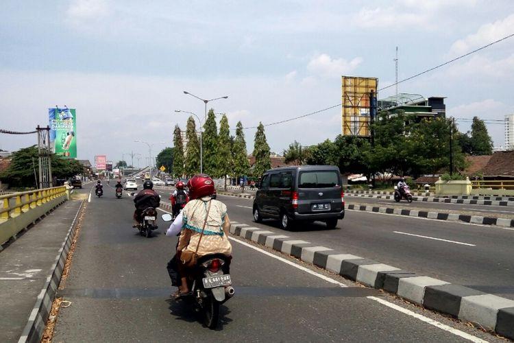Penguna jalan saat melintas di ruas Jalan Arteri arah Jombor yang sekarang bernama jalan Siliwangi