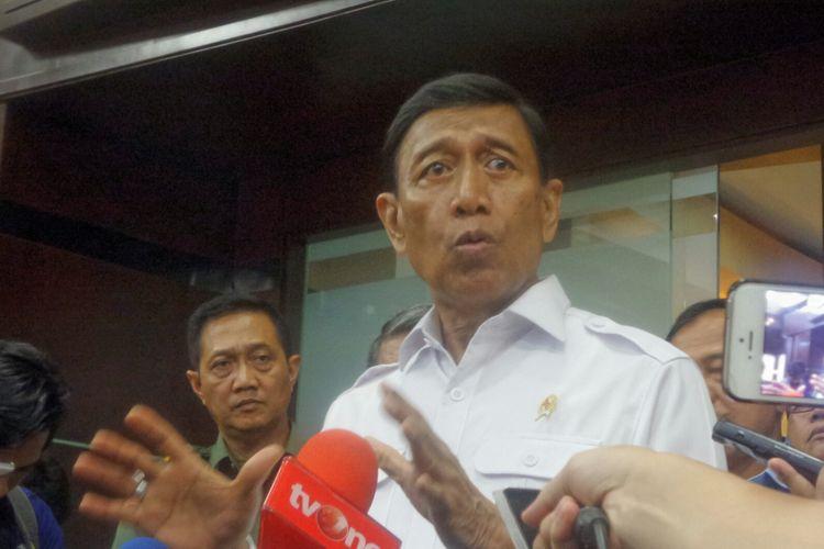 Menteri Koordinator bidang Politik, Hukum dan Keamanan Wiranto saat memberikan keterangan di Kemenko Polhukam, Jakarta Pusat, Senin (17/7/2017).
