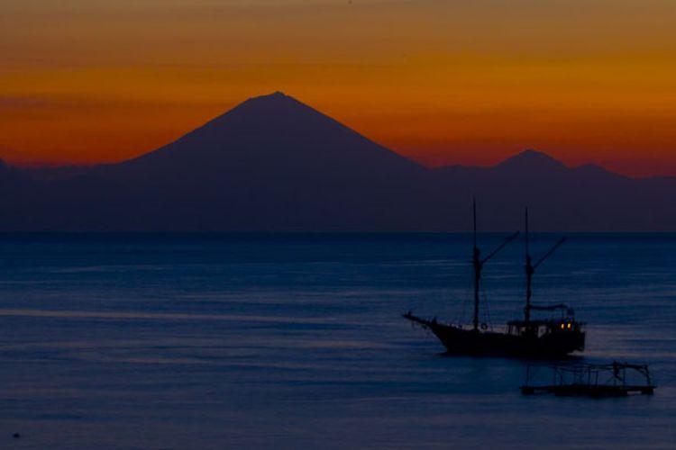 Matahari terbenam di Gunung Agung, Bali, dilihat dari Pulau Lombok, Nusa Tenggara Barat, Kamis (30/6/2011).
