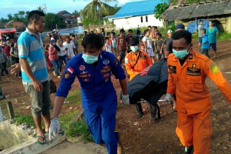 Petugas SAR Gabungan saat membawa jenazah korban (17/7/2017)