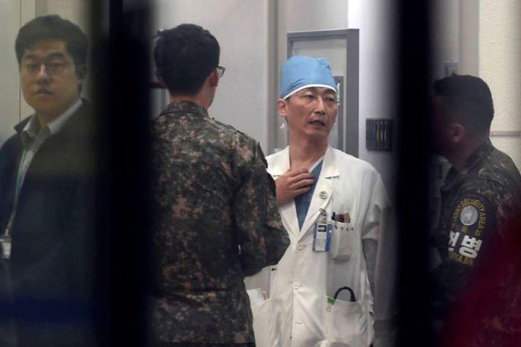 Tentara Korea Selatan sedang berbicara dengan seorang dokter saat hendak menyiapkan operasi untuk seseorang yang diyakini sebagai tentara Korea, di sebuah rumah sakit, di Suwon, Korea Selatan, 13 November 2017 (VOA)