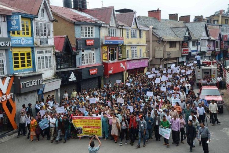 Demonstran memprotes kasus perkosaan dan pembunuhan gadis remaja di Kotkhai, Shimla, Himachal Pradeshon, 20 Juli 2017. Di India, perkosaan menjadi persoalan serius yang butuh segera penanganan.