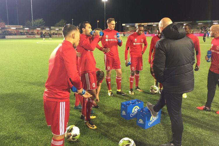 Para pemain Almere City FC, termasuk Ezra Walian (kedua dari kiri), bersiap jelang pertandingan melawan AZ Alkmaar di Stadion Yanmar, Kamis (26/10/2017).