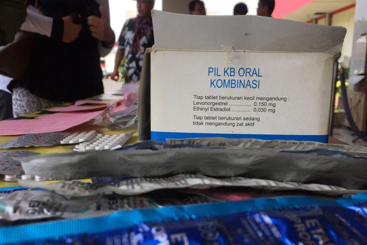 Ribuan obat terlarang ditampilkan saat rilis pengungkapan kasus peredaran obat ilegal di Polres Metro Tangerang, Senin (18/9/2017). Obat-obatan itu didapat melalui sidak dalam rangka mencegah peredaran obat terlarang yang makin marak belakangan ini.