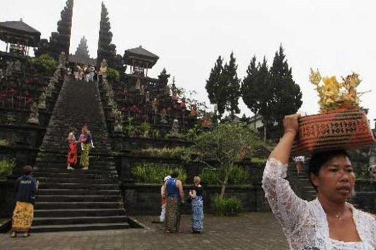 Umat Hindu usai sembahyang di Pura Besakih, Kecamatan Rendang, Karangasem, Bali, Kamis (6/10/2011). Pura terbesar di Bali yang mengalami perkembangan sejak masa pra-hindu, ini berorientasi ke Gunung Agung yang dianggap sebagai tempat tinggal para dewata.