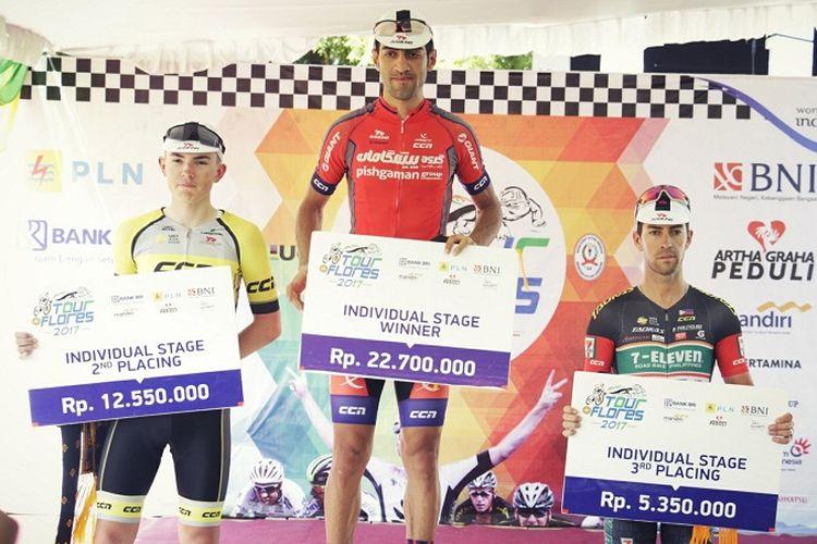 Pebalap sepeda dari Pishgaman Cycling Team, Arvin Moazamigodarzi, menjadi yang tercepat pada etape 3 Tour de Flores 2017, Minggu (16/7/2017).