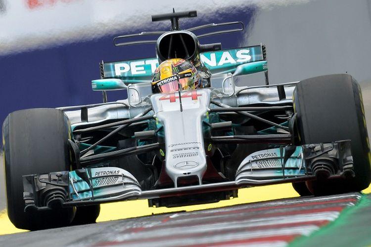 Pebalap Mercedes, Lewis Hamilton, tampil pada sesi latihan GP Austria di Sirkuit Red Bull Ring, Austria, Jumat (7/7/2017).